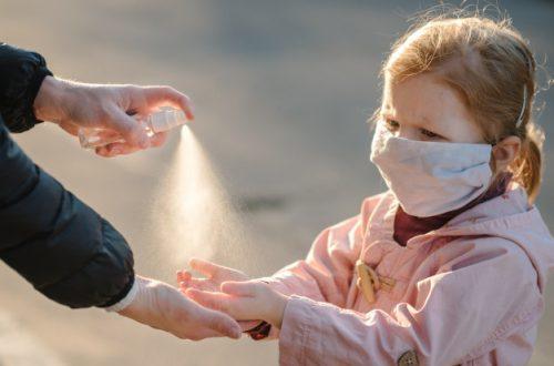 crianca-com-mascara-se-protegendo